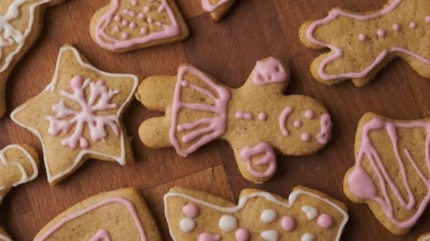 Díszített mézeskalács süti vagy keksz fehér vagy rózsaszín királyi cukormázzal vagy mázzal