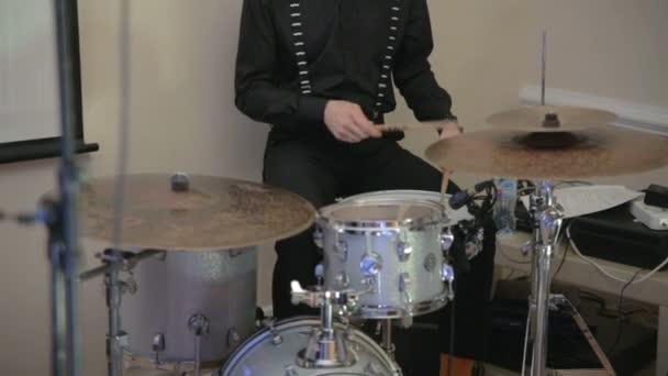bubeník hrát na bicí