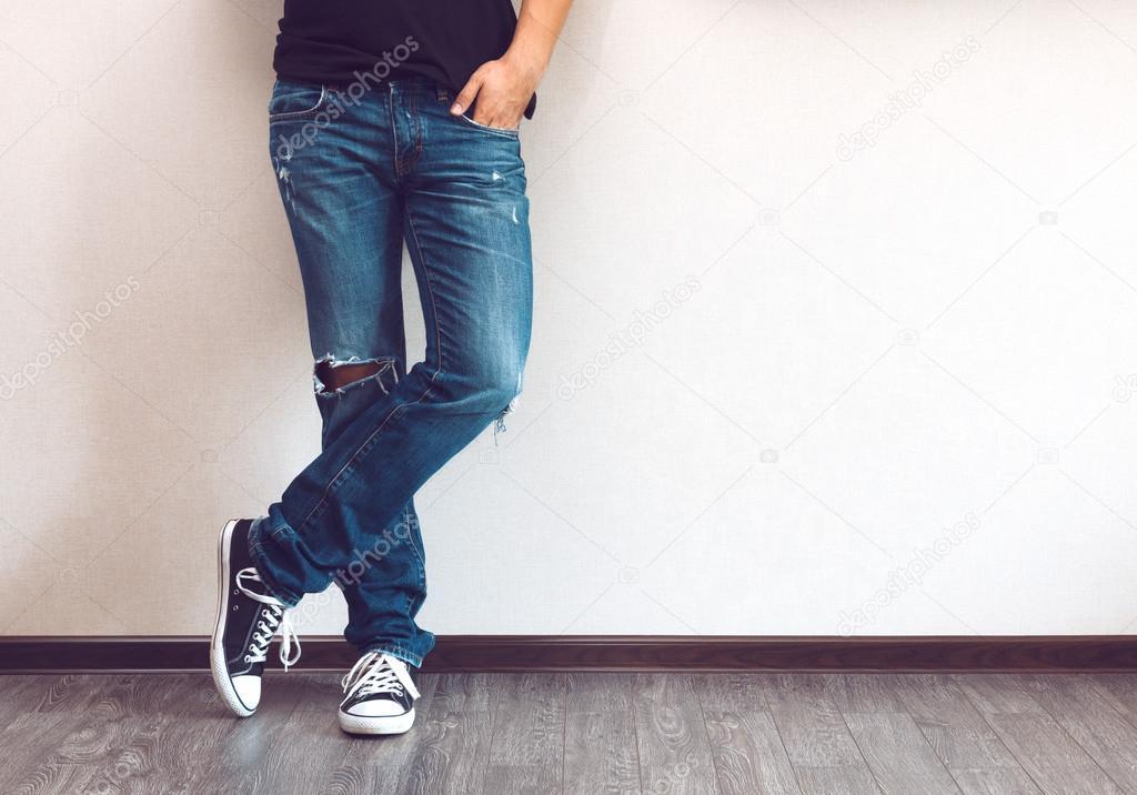 Секс парни раздвигают ноги фото в джинсах