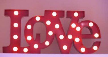Letters Met Licht : Houten letters met gloeilamp verlichting word liefde