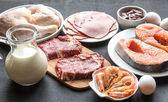 Protein dieta: suroviny na dřevěné pozadí
