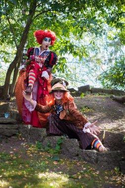 Genç kadın ve erkekte Şapkacı ve Alice ile ilgili masal Kırmızı Kraliçe