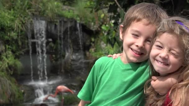 Batole sourozenci chlapec a dívka