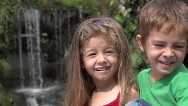 Junge und Mädchen Geschwister