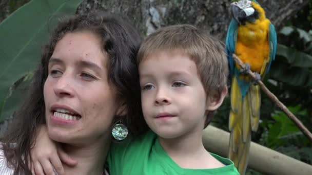 Mutter und Sohn im Zoo