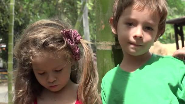 smutný chlapec a dívka