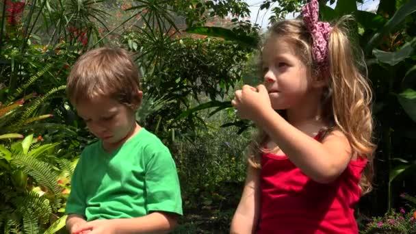 Dívka a chlapec děti