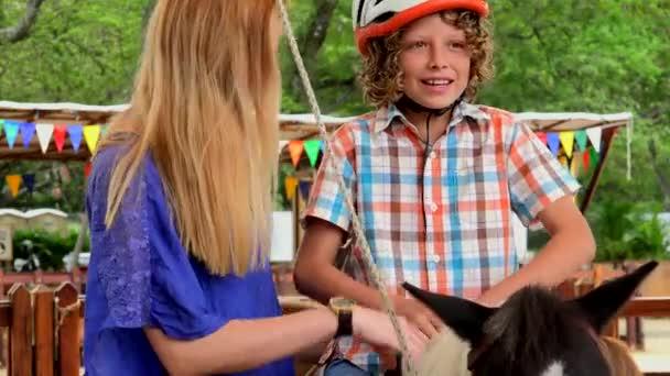 Chlapec seděl na Pony