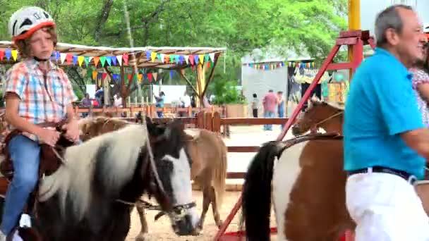 16 listopadu 2015 - Cali, Kolumbie - Editorial děti jezdící poníci