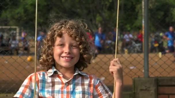 Chlapec, houpající se na hřišti
