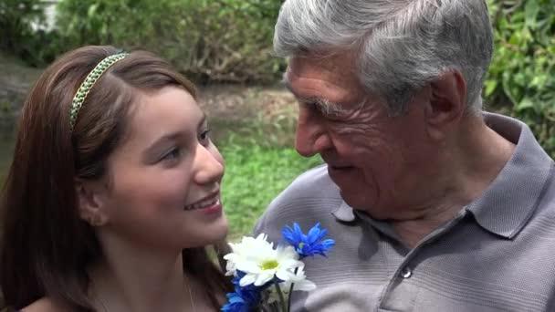 Dospívající dívka a dědeček s úsměvem