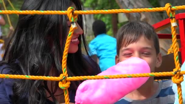 Madre e figlio adolescente che mangia la caramella