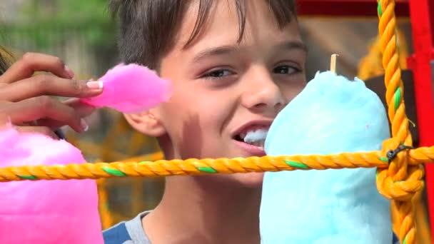 Chlapec jíst cukroví Snack