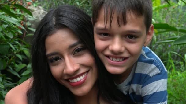 Šťastný svobodná matka a dospívající syn