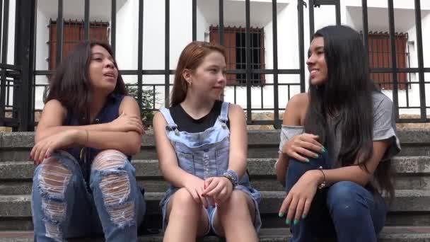 Teen dívky sedí a mluví