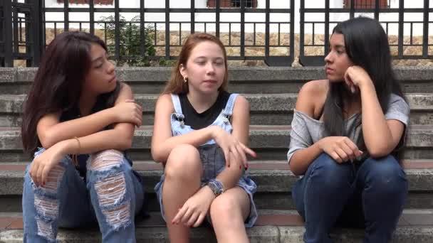 Teen dívky mluví a sedí