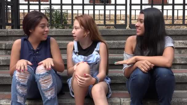 Dospívající dívky, směje se a baví