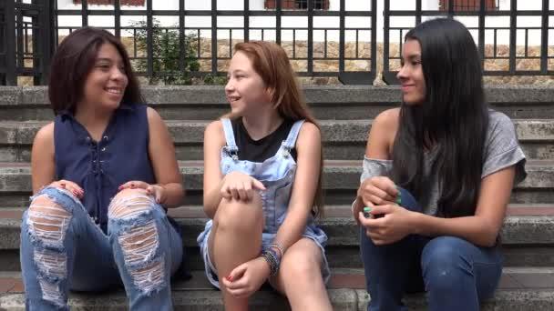 Mladé dospívající dívky smát