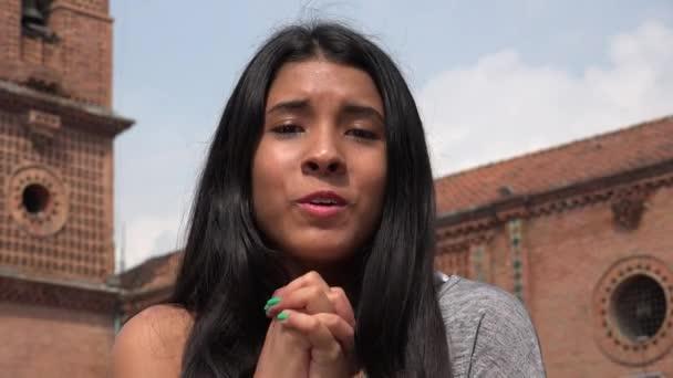Latina schudt grote kont gehamerd met pik
