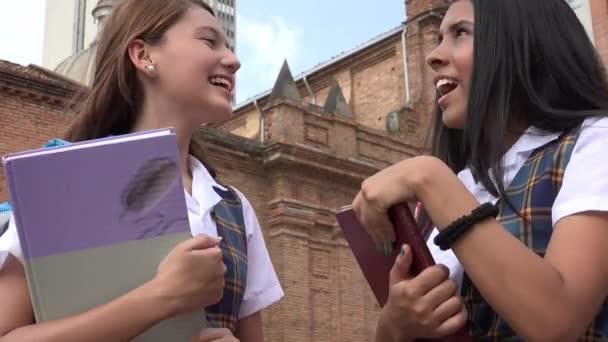Dospívající studenty drží učebnice