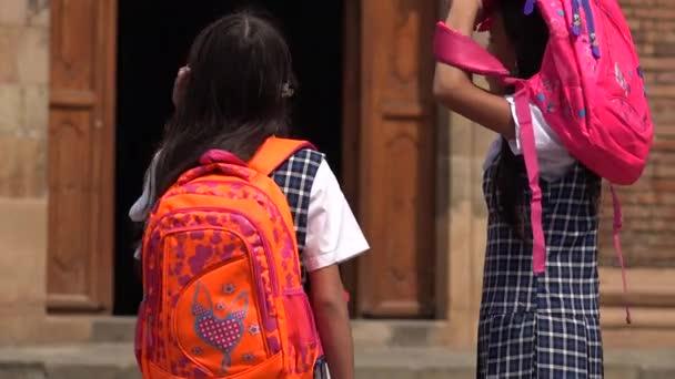školní děti s batohy