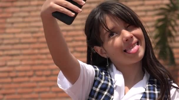 Roztomilá dívka pořízení selfie s mobilním telefonem