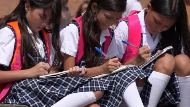 Školní děti studentů studujících