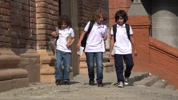 Šťastné děti chodit ve škole