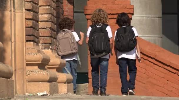Základní školy děti chodí s batohy