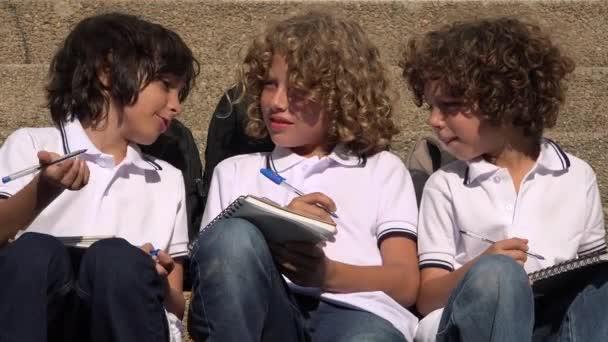 Školní děti dělat domácí úkoly