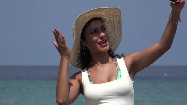 Krásná mladá žena nosí klobouk pořízení selfie