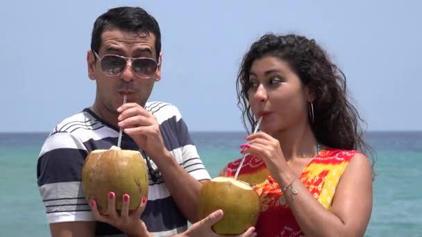 Manželský pár pít ovocné koktejly