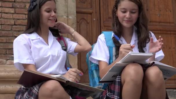Teen dívky psaní ve škole
