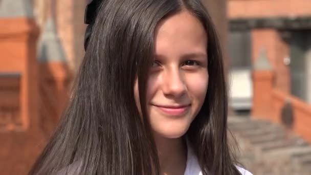 Usmívající se dospívající dívka s dlouhými vlasy