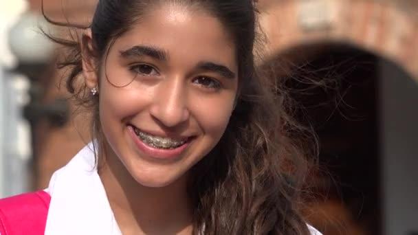 hübsches Teenie-Mädchen lächelt mit Zahnspange