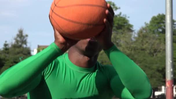 Američan Afričana muž hrát basketbal