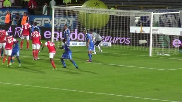 14 marzo 2014 - Bogotá, Colombia - eroico portiere intercetta pallone da calcio