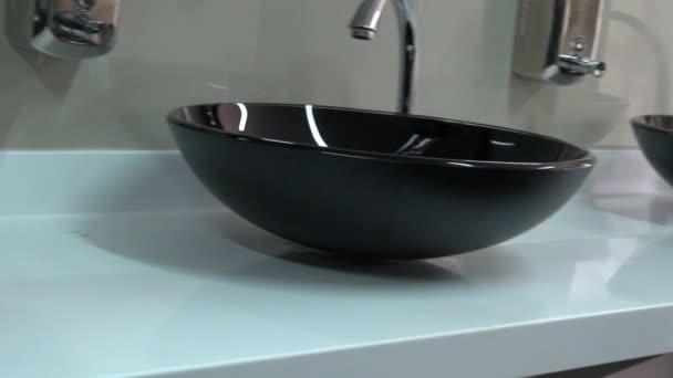 Wasbak Toilet Klein : Badkamer wastafel toilet u stockvideo dtiberio
