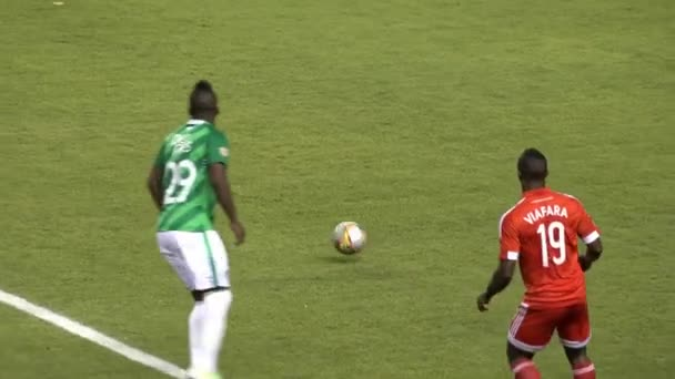 Fotbaloví hráči, předávání míče