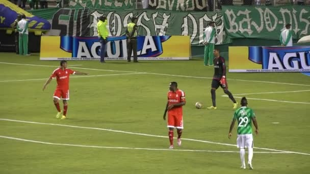 Fotbalový brankář kopy míč