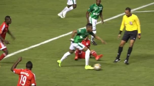Kolumbianischer Fußballer kickt Ball