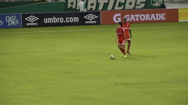Fotbalový hráč driblování míč