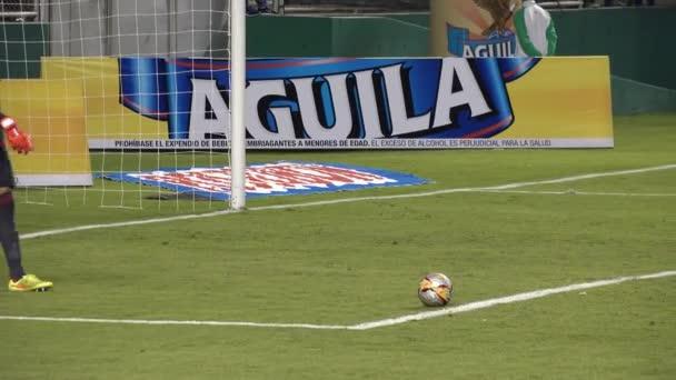3. března 2015 - Cali, Kolumbie - fotbalový brankář vykopne míč
