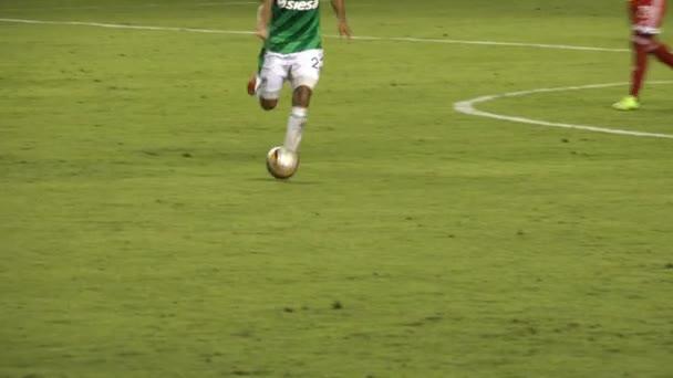 3. března 2015 - Cali, Kolumbie - fotbalista kope míč