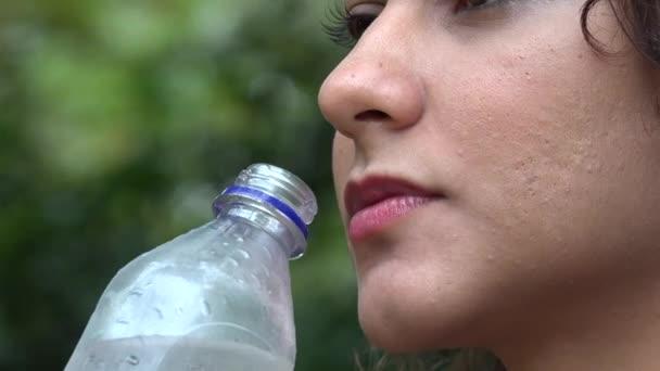 Žena, láhev s vodou, pití, nápoje