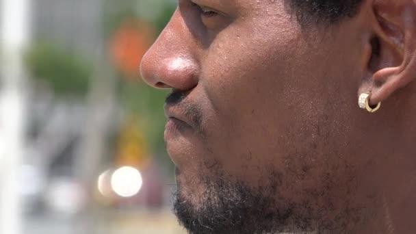 vousy, neoholený muž