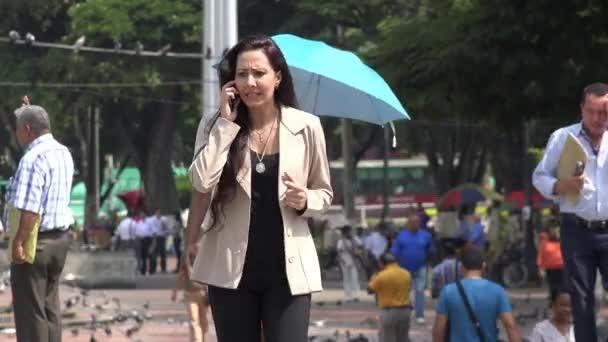 27. března 2015 - Cali, Kolumbie - žena pomocí mobilního telefonu
