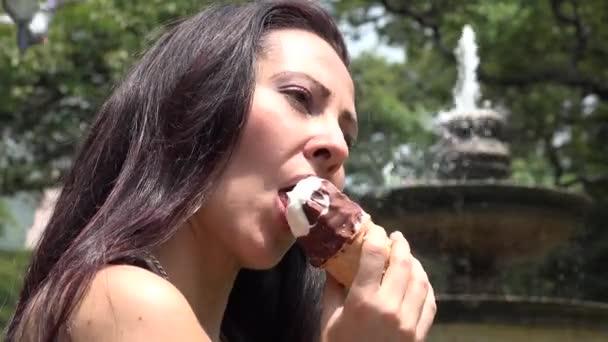 žena jíst zmrzlinu