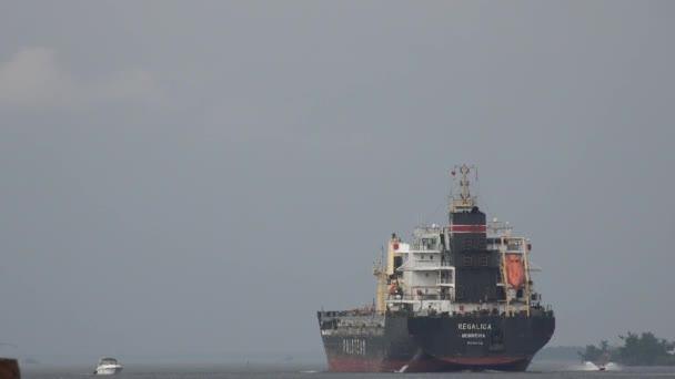 Május 30 2014 - Alexandria Bay, New York - nagy teherszállító hajó indul