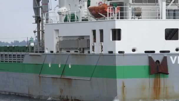 30 května 2014 - Alexandrie Bay, Ny - nákladní loď plující pryč